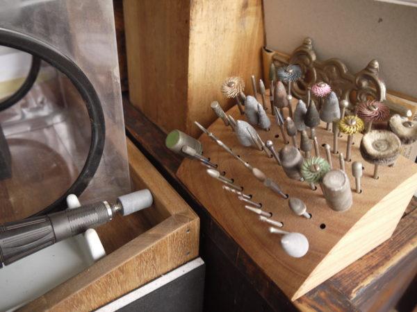 様々な道具を使いこなして、銀粘土の世界を広げています